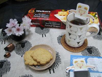 羊の紅茶とショートブレッドのある午後