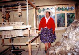 フェリシタさんと機織り機と羊毛