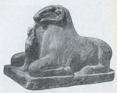 信奉者を守る牡羊姿のアメン神