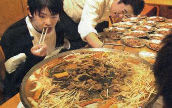 直径70cmの大鍋で、13人前ののたれつきジンギスカン肉の大食いに挑戦するお客