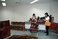 じゅうたんやキリムを手に取る来訪者