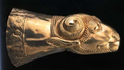 金製羊頭形リュトン