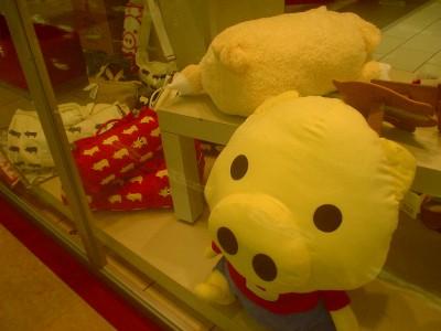 豚アイテムてんこ盛りの専門店街へmarumie_s2.jpg