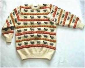 羊柄編み込みセーター